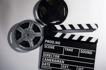 Clap film sur un fond clair. Métal ou bobine de film plastique. Objets pour les films de prise de vue et des démonstrations