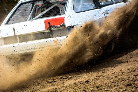 super cross: Autocross en un camino polvoriento. Primer plano de coche en la competencia por carretera en un camino de tierra. automático poderosa lanza la suciedad