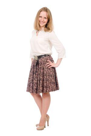 Retrato de moda mujer joven en falda posando de longitud completa aislado sobre fondo blanco.