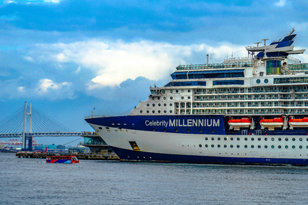 Luxury liner and (Celebrity Millennium) water bus and the Bay Bridge Standard-Bild - 111381512