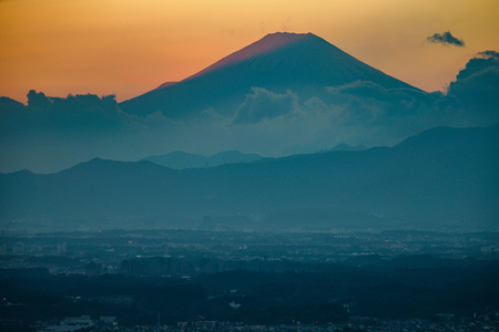 Dusk and Mount Fuji which is visible from Yokohama Landmark Tower 版權商用圖片