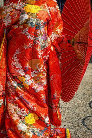 Roter zwölflagiger zeremonieller Kimono (japanische Nationaltracht)