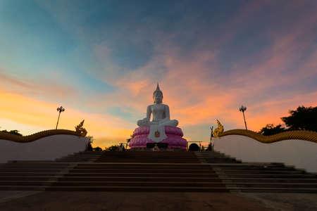 White Buddha on sunset sky,Buddhas of Buddhists in Thailand 版權商用圖片