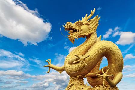 Estatua de dragón y fondo natural del cielo azul Foto de archivo