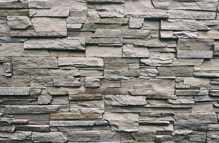 Close-up van de moderne stijl, ontwerpen, oneffen gebarsten echte stenen muur oppervlak met cement, oude vintage