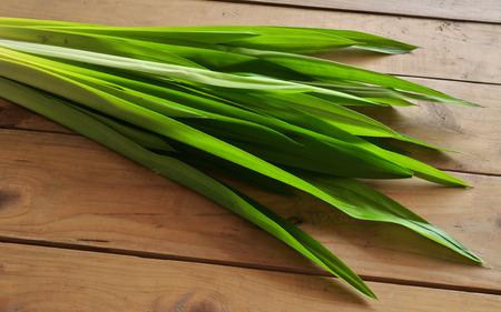 tabel: Pandan leaves. Fresh Pandan leaves on wooden tabel