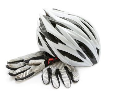 fiets helm en handschoenen op een witte achtergrond