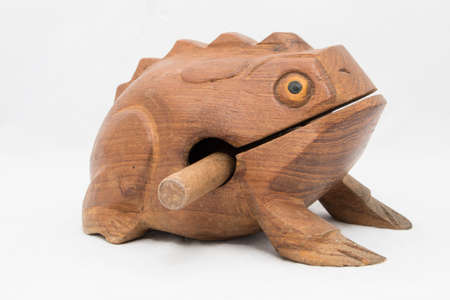 tallado en madera: Una rana de juguete Foto de archivo