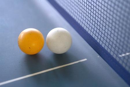 pingpong palla su un tavolo verde Archivio Fotografico
