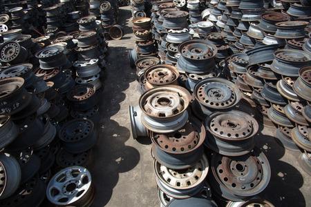 abandoned car: Llantas de coche abandonado campo de llantas de coches abandonados Foto de archivo