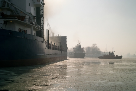 unfavorable: Cold and dense fog, in spite of such unfavorable conditions, the work must go on in the port. Tug assisting in unmooring and removal of the vessel for the roadstead.