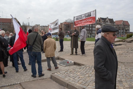 polska monument: GDANSK. POLAND - MAY 03: The marginal extreme right-wing Polish organization Sovereignty Defense League (LOS) with the Gazeta Polska, organized a demonstration at the monument to the fallen shipyard workers.