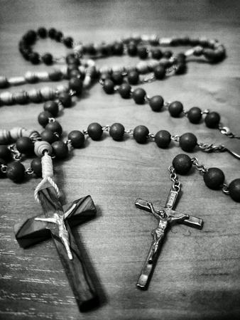 2 つの数珠。最も重要なカトリックの祈りをサポートします。 写真素材 - 34715704