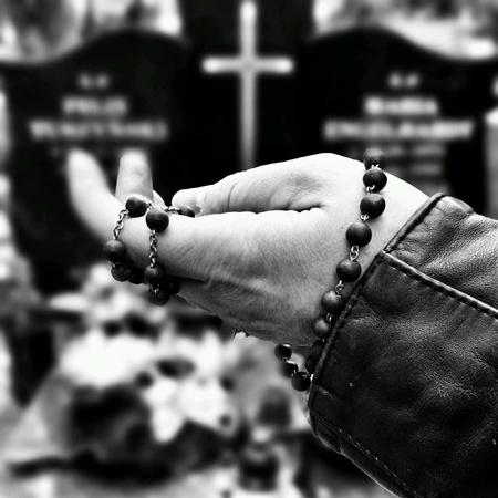墓地での朗読のロザリオ。 写真素材 - 39677441