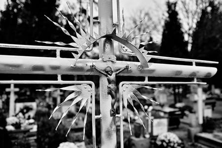 religion catolica: Símbolos religiosos católicos en los cementerios católicos en Polonia. Mirada artística en blanco y negro.