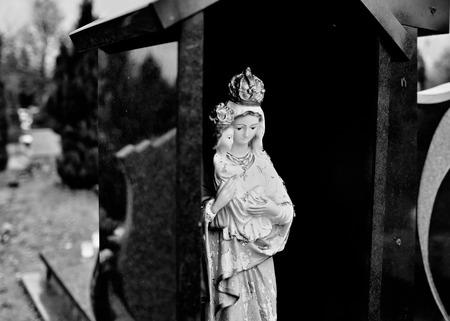 simbolos religiosos: Símbolos religiosos católicos en los cementerios católicos en Polonia. Mirada artística en blanco y negro.