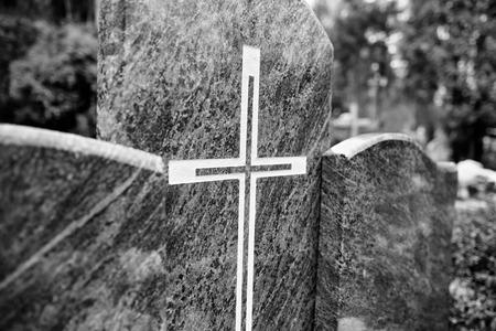 religion catolica: S�mbolos religiosos cat�licos en los cementerios cat�licos en Polonia. Mirada art�stica en blanco y negro.