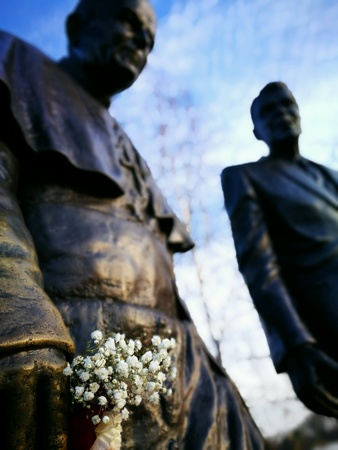 ronald reagan: John Paul Two and Ronald Reagan, sculpture on the walk in outdoor park in Gdansk Zaspa, Poland. Stock Photo