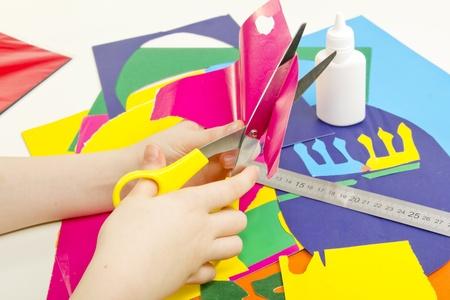 Farbiges Papier, Klebstoff, Schere und Kinder handgemachte Karte Standard-Bild