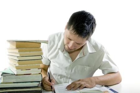 trabajando duro: Hombre que lee muchos libros en la biblioteca aislado en blanco