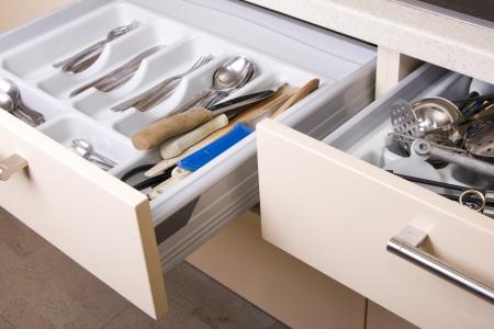 cassettiera: Apertura cassetto della cucina organizzata con utensili