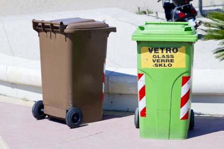 separacion de basura: Latas y contenedores de colores para la separaci�n de basura