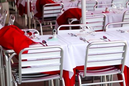 Empty tables of sidewalk cafe in Italia Foto de archivo