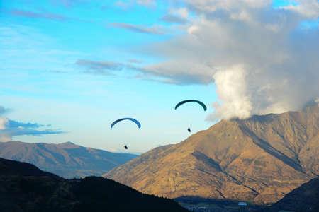 parapente: Parapente a través de las montañas