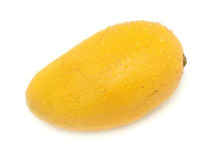 mango fruta: Mango fresco macro dispar� sobre un fondo blanco con bastante sombra  Foto de archivo