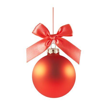 moños navideños: un ornamento de Navidad de vidrio reptando rojo entrega desde un arco rojo y la cinta de opciones (aislado en un fondo blanco)  Foto de archivo