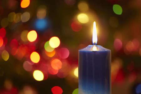 luz de velas: Vela de la Navidad contra bombillas brillaban de un nuevo año Foto de archivo