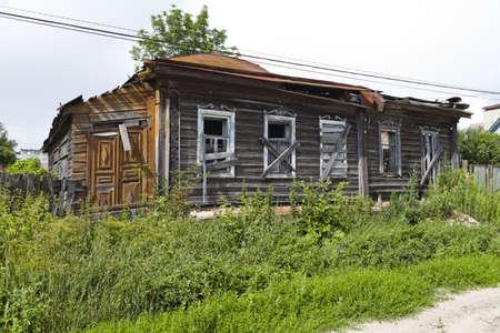 onbewoond: De oude onbewoonde huis in het Centraal-deel van Rusland Stockfoto