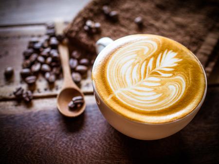 Tasse Kaffee Latte im Café Standard-Bild