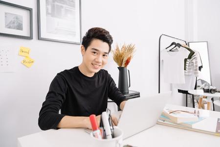 Intelligente giovane asiatico che lavora