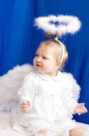 Dziewczyna anioła w białych ubrań i ze skrzydłami na ciemnym niebieskim tle Zdjęcie Seryjne - 4253106