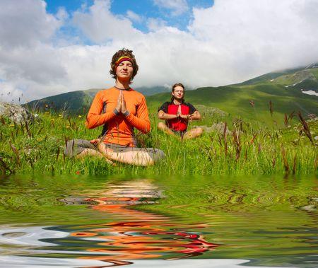 position d amour: L'homme et la femme, la pratique du yoga Banque d'images