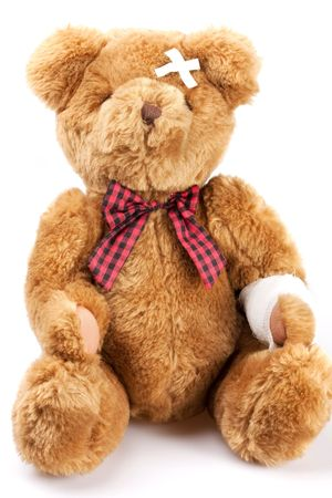 Teddybär krank auf weißem Hintergrund