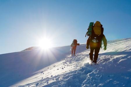 climber: Wandelaar zijn in winter bergen