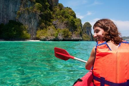 ocean kayak: Chica kayak en el mar cerca de Phi Phi  Foto de archivo