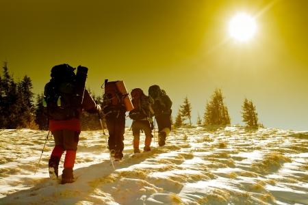 overcoming: Caminante en las montañas de invierno Foto de archivo