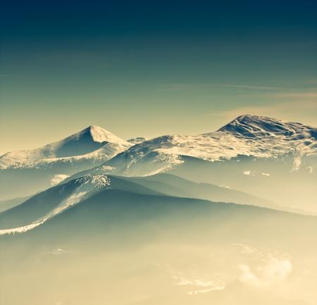 monta�as nevadas: Vista panor�mica de las monta�as de invierno Foto de archivo