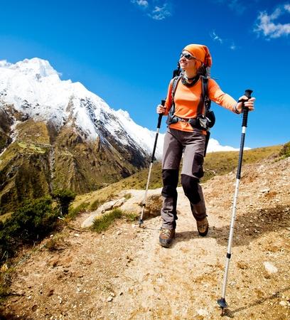 Senderismo en las montañas del Himalaya Foto de archivo