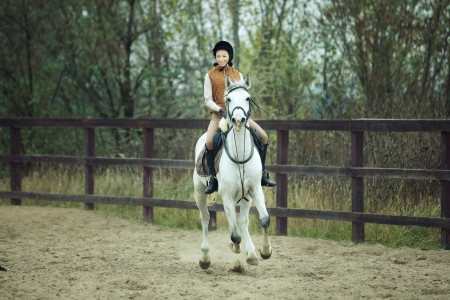 Femme jockey fait du cheval en plein air photo