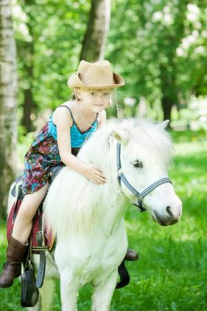 Meisjes maak een wandeling met pony