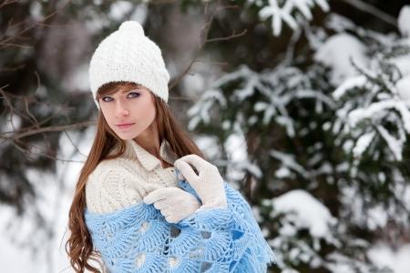 bosque con nieve: Mujer joven atractiva en invierno al aire libre