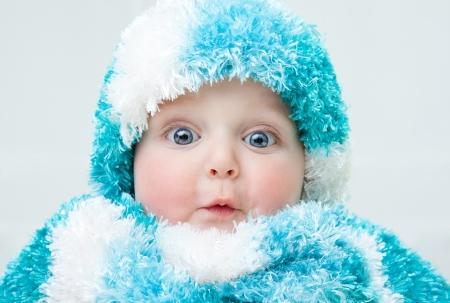 ojos hermosos: Bebé lindo en el fondo invierno