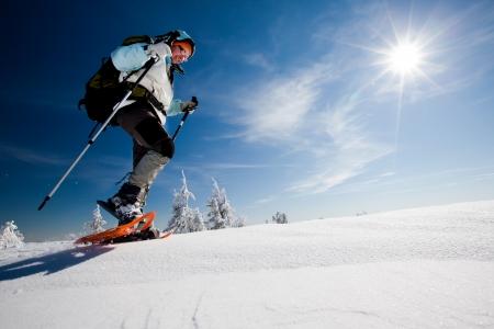 monta�as nevadas: Caminante en las monta�as de invierno Foto de archivo