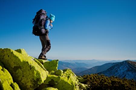 senderismo: Caminante que recorre en oto�o al aire libre modelo monta�as cauc�sicas en la naturaleza