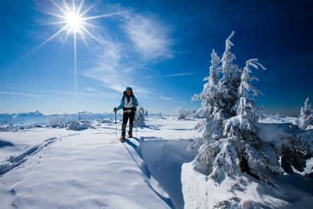monta�as nevadas: Caminante en las monta?de invierno Foto de archivo