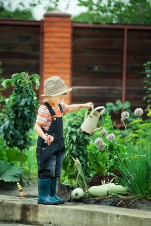 Portrait eines Jungen im Garten arbeiten im Urlaub